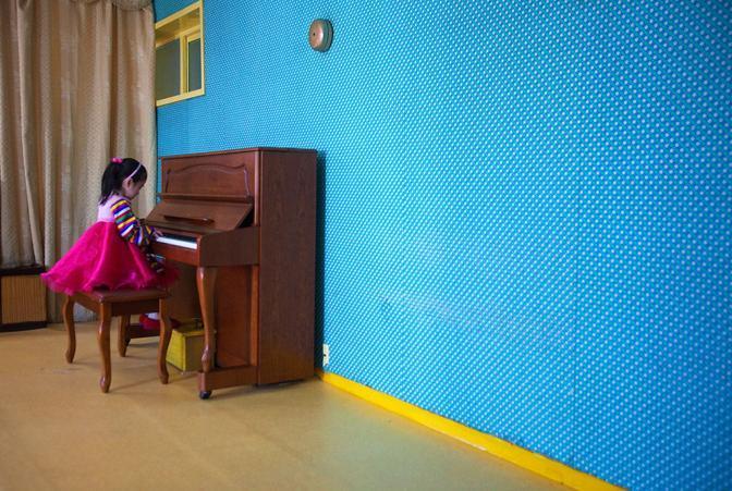 Bambina suona il piano in una scuola elemenare a Pyongyang(Ap)