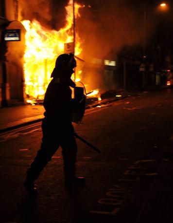 Terza notte di guerriglia a Londra. Gli scontri si sono spinti fino a Notting Hill. La protesta dilaga anche in altre città (Reuters)