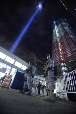11 settembre 2011: le torri di luce bianca accese alla vigilia del decimo anniversario da Ground Zero verso il cielo di Manhattan, per il «Tribute in Light» alle vittime degli attacchi (Reuters)