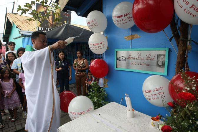 Manila, a 13 ore dalle celebrazioni a New York una messa in ricordo di Marie Rose Abad, cittadina filippina morta negli attacchi in America di dieci anni fa (Ansa/Epa)