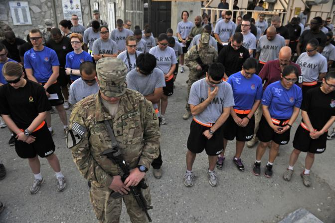 Jalalabad, Afghanistan: i soldati americani commemorano l'attacco alle Torri, con dieci ore di anticipo rispetto alle celebrazioni a New York (Afp)