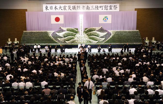 Nella prefettura di Miyagi, con 14 ore di anticipo circa rispetto alle commemorazioni americane, si rende omaggio alle vittime dell'11 settembre ma anche a quelle del terremoto di sei mesi fa in Giappone (Afp)