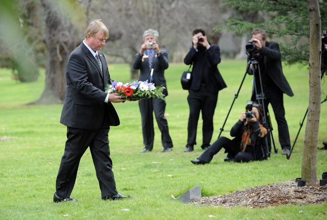 Il console americano a Melbourne, con 15 ore di anticipo rispetto alle cerimonie newyorkesi, commemora le vittime degli attacchi di dieci anni fa nel suo Paese (Ansa/Epa)