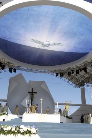 Ad Ancona il Papa celebra messa nell'area navale della Fincantieri. E il suo pensiero va anche alle vittime dell'11 settembre. Mentre in America non sono ancora le 5, in Italia sono quasi le 11 (Ap)
