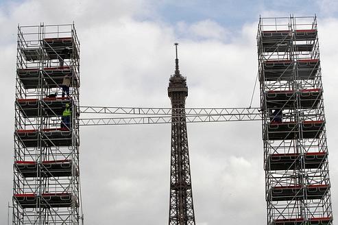 Parigi: con sei ore di anticipo rispetto a New York si commemora l'anniversario dell'11 settembre. Poste ai piedi della Torre Eiffel delle repliche ridotte delle Torri Gemelle  (da lefigaro.fr)