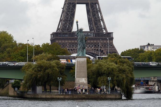 Parigi con la Statua della Libertà (Afp)