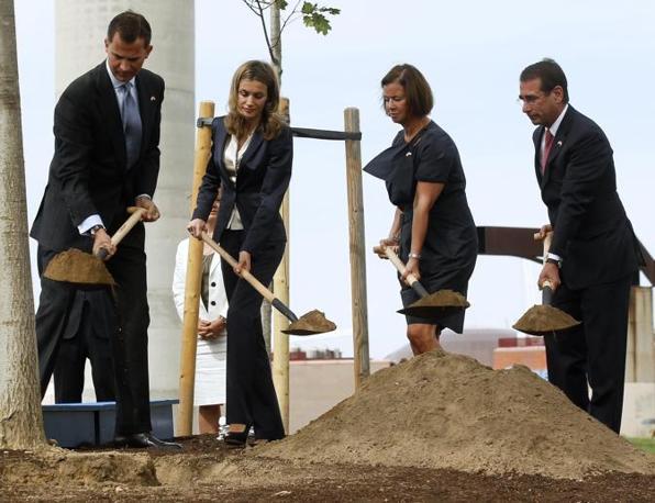 Circa 150 persone, tra cui anche il principe Felipe di Spagna e la principessa Letizia, hanno partecipato a una cerimonia commemorativa per le vittime dell'11 settembre nel parco Juan Carlos I di Madrid. Durante le celebrazioni sono state piantate dieci querce americane (Reuters)