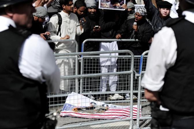 Mentre a Londra le vittime britanniche delle stragi del World Trade Center venivano ricordate in una cerimonia nella cattedrale di St. Paul, un gruppo di manifestanti islamici ha dato fuoco alla bandiera a stelle e strisce davanti alla sede dell'ambasciata Usa a Grosvenor Square.Dyue manifestanti sono stati arrestati (Afp) ?