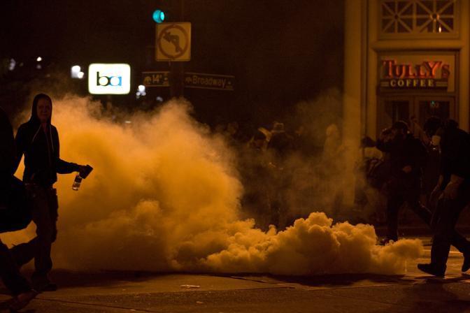 Giornata di scontri a Oakland in California. La polizia martedì mattina ha deciso di sgomberare la piazza dove sono accampati da almeno due settimane i ragazzi del movimento Occupy Wall Street. Almeno 85 arresti. Poi la polizia ha deciso di usare gas lacrimogeni contro i manifestanti per cercare di disperdere la folla. Gli scontri si sono protratti per tutta la giornata. (Ap)