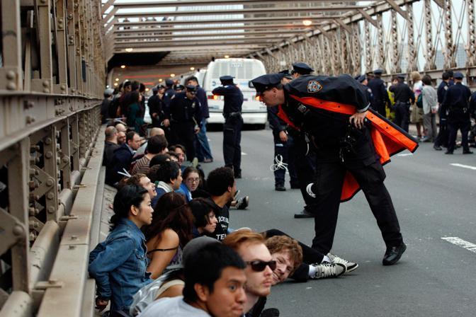 I manifestanti fermati sul ponte di Brooklyn