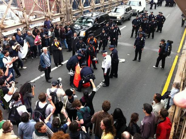 ll momento dell'arresto di uno dei giovani manifestanti