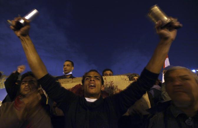 Terzo giorno di scontri al Cairo. Le violenze si sono estese anche in altre città del Paese. I manifestanti chiedono le dimissioni della giunta militare (Reuters)