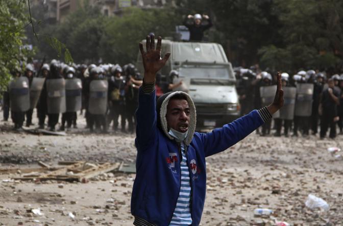 Continuano le manifestazioni in Egitto. Il bilancio è grave, sono almeno 40 persone morte in piazza Tahrir, già luogo simbolo della protesta anti Mubarak e ora scenario della rivolta contro i militari (Reuters)