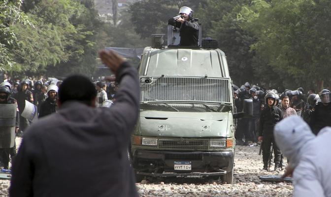 Centinaia sarebbero i feriti. Buthaina Kamel, una donna candidata alle elezioni presidenziali, è stata arrestata mentre marciava con i manifestanti (Reuters)