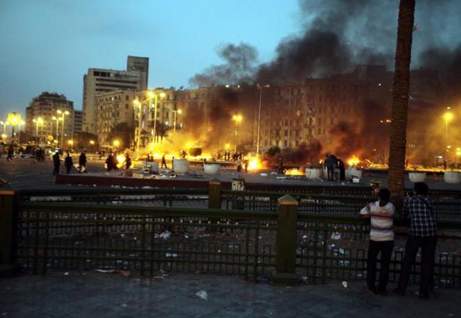 Piazza Tahrir brucia dopo l'intervento della polizia: lunedì sera il governo si è dimesso, rimettendo il mandato nelle mani della giunta militare (Epa)