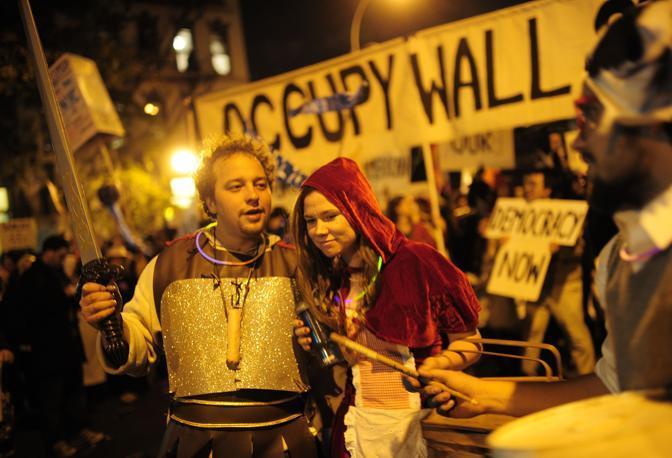 Gli esponenti di «Occupy Wall Street» prendono parte alla tradizionale parata di Halloween a New York (Afp)