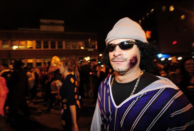 New York, alla parata di Halloween un partecipante ha scelto di travestirsi da Gheddafi, il leader libico ucciso lo scorso 20 ottobre (Afp)