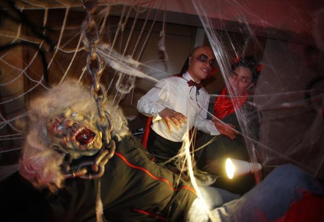 Festa in maschera ad Hong Kong (Ap)