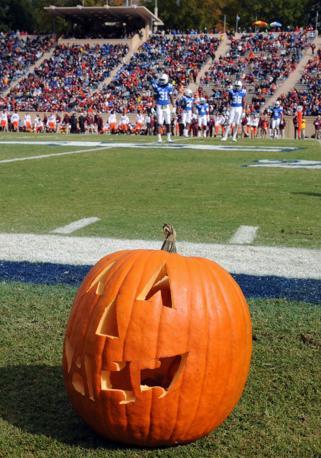 Una zucca in uno stadio della Carolina del Nord (Afp)