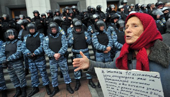 Un gruppo di manifestanti che protestavano contro gli  annunciati tagli allo stato sociale hanno fatto irruzione nel  Parlamento ucraino interrompendone una seduta. Circa 700 persone, tra  cui veterani della guerra in Afghanistan e sopravvissuti all'incidente nucleare di Chernobyl hanno sbaragliato i cordoni di polizia posti a  guardia del Parlamento e abbattuto una porta di ingresso nel tentativo di entrare nell'edificio. I manifestanti protestavano contro la legge  attualmente al vaglio del Parlamento che prevede tagli ai trattamenti  pensionistici e sanitari e una riduzione degli sgravi fiscali previsti per queste categorie di cittadini (Afp)
