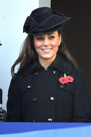 Kate Middleton in abito scuro per il Remembrance day, commemorazione dei caduti della Prima Guerra Mondiale. Malgrado l'occasione la moglie di William non ha saputo trattenere le risate (Olycom)