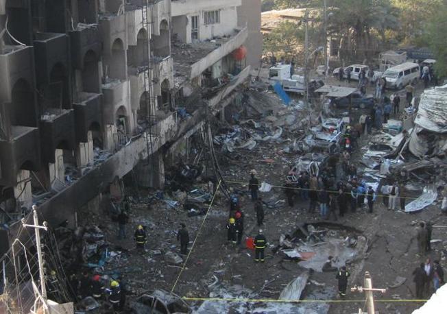 Il cratere scavato dall'autobomba nel distretto commerciale di Karrada, a Bagdad  (AP/Hadi Mizban)