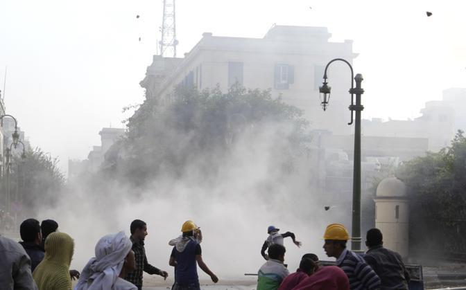 Dimostranti lanciano pietre contro i militari a Piazza Tahrir  al Cairo. Si riapre la spirale di violenza in Egitto: sarebbero almeno 8 i morti e oltre 300 i feriti (Reuters)