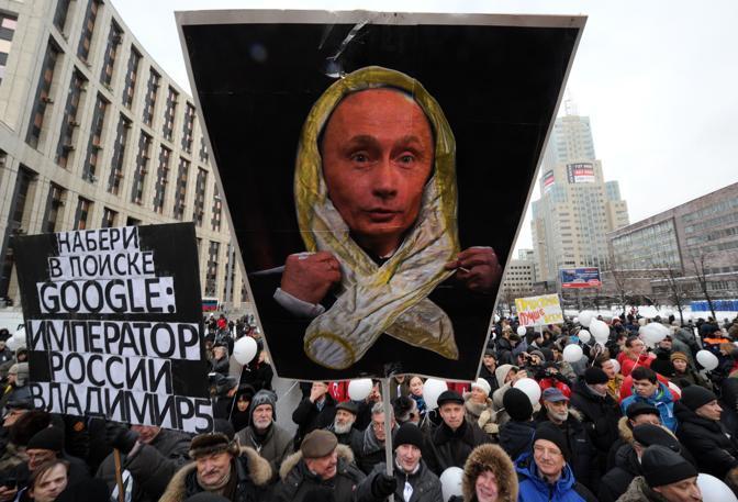 Grande manifestazione in piazza a Mosca per protestare contro Putin e i risultati delle elezioni legislative dello scorso 4 dicembre. Secondo l'opposizione ci sono stati brogli (Afp)