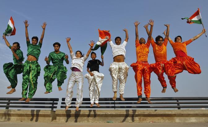 Studenti festeggiano Republic Day vestiti con i colori della bandiera indiana (Reuters)