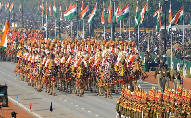Soldati e cammelli in parata (Afp)