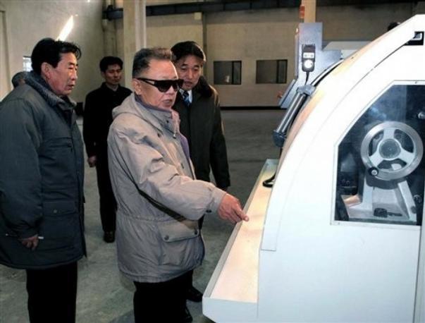 Nord corea, anche il giovane kim immortalato mentre «guarda le cose»