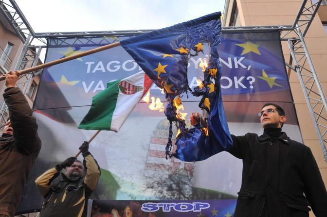 Ungheria, Jobbik in piazza bruciano bandiera