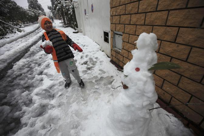 Il maltempo ha colpito anche l'Algeria ed era dal 2005 che non si registravano temperature così basse. Molti i decessi e i villaggi bloccati a causa dei mancati interventi (Reuters/Zohra Bensemra)