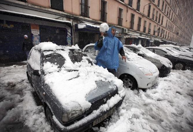 Intanto l'ad di Eni, Paolo Scaroni, ha fatto sapere che l'Italia sta facendo fronte all'emergenza  freddo aumentando le importazioni di gas proprio dall'Algeria.(Reuters/Zohra Bensemra)