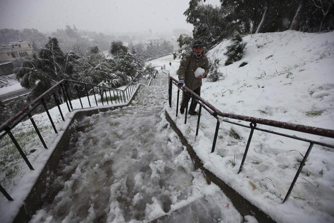 Nella capitale algerina sono caduti almeno dieci centimetri di neve (Reuters/Zohra Bensemra)