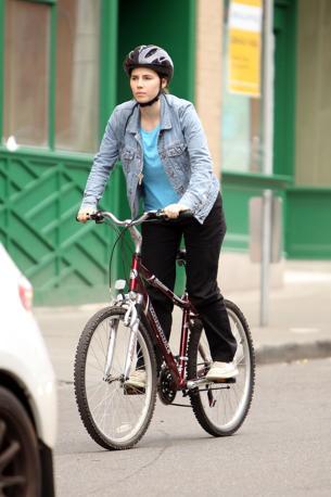 Amanda Knox in bicicletta a Seattle. La ragazza americana, 24 anni, prosegue la nuova vita dopo l'assoluzione in secondo grado dall'accusa di aver ucciso la studentessa inglese Meredith Kercher.  Contro la sentenza è atteso a giorni il ricorso in Cassazione della procura  generale di Perugia (Splash Italia)