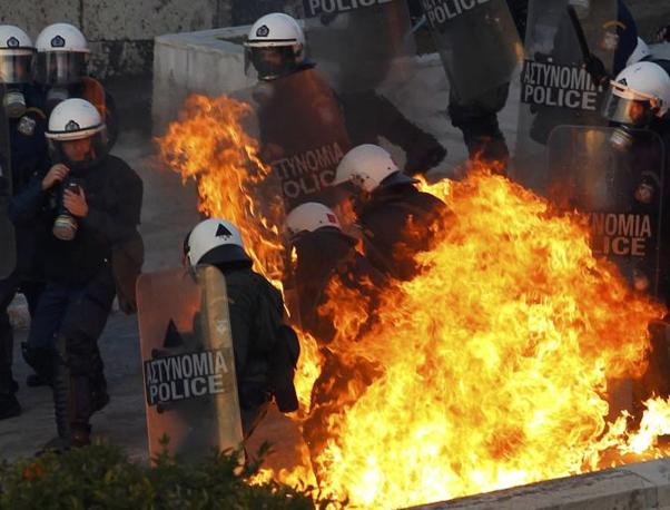 Una bomba molotov lanciata dai manifestanti contro gli agenti che tentano di sedare la protesta a piazza Syntagma (Reuters/ Yannis Behrakis)