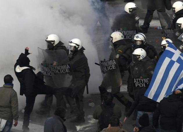 Dimostranti in piazza contro l'austerity e il piano di correzione dei conti pubblici elaborato dal premier Papademos (Reuters/Yannis Behrakis)