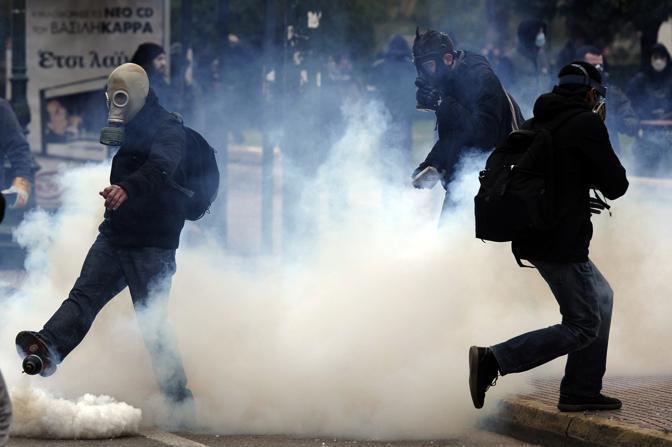 Guerriglia urbana nella centrale piazza Syntagma (Afp)