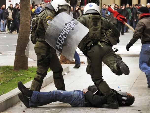 Gli scontri ad Atene, un manifestante a terra tra gli agenti (Reuters)