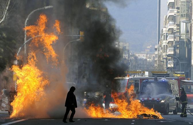 La protesta degli studenti a Barcellona (Afp)