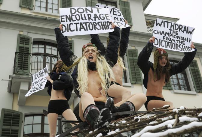 Le femministe del movimento ucraino «Femen» protestano con caschi, mazze e la loro consueta divisa contro i Mondiali di hockey 2014 in programma in Bielorussia. La manifestazione si è svolta davanti al quartier generale della Federazione internazionale hockei (Ihf) a Zurigo, in Svizzera (Epa/Schmidt)