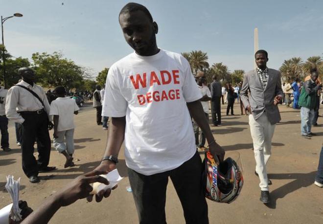 A Dakar le proteste organizzate dal movimento 23 Giugno (M23) contrario alla ricandidatura per la terza volta dell'attuale presidente Wade sono degenerate in scontri: un uomo è morto sotto un blindato. La polizia non conferma  (Afp)