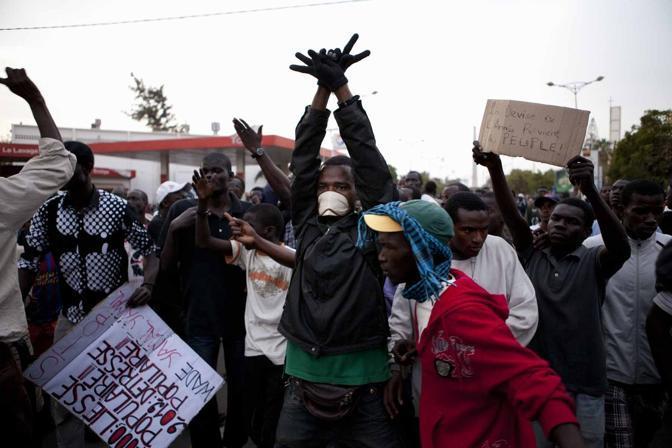 Youssou N'Dour tra i manifestanti a Dakar (LaPresse)