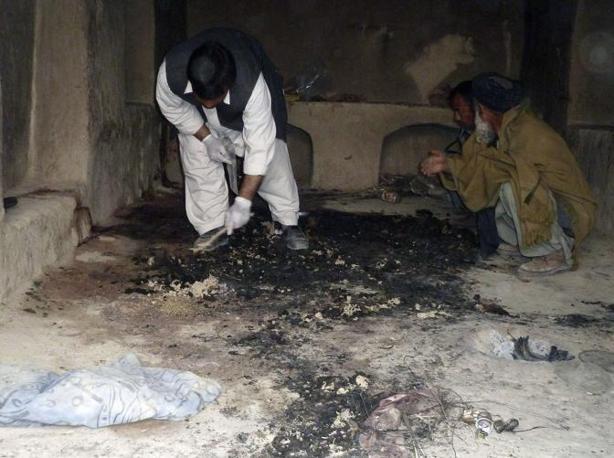 Afghani sul luogo di una delle sparatorie. Prima dell'alba un soldato americano avrebbe ucciso 15 persone nella provincia di Kandahar (Reuters/Ahmad Nadeem)