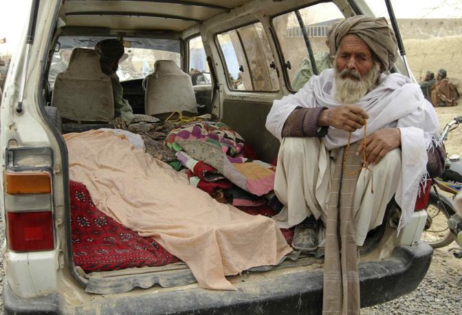 Un anziano afghano siede sul furgone che trasporta alcuni dei corpi delle persone uccise. Almeno 15 persone, donne e bambini, sarebbero state assassinate prima dell'alba (Reuters/Ahmad Nadeem)