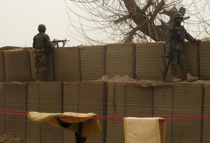 Soldati dell'esercito afghano montano la guardia all'esterno della base di Panjwai (Reuters/Ahmad Nadeem)