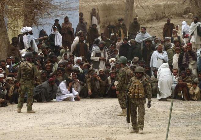 Civili afghani davanti alla base di Panjwai (Reuters/Ahmad Nadeem)