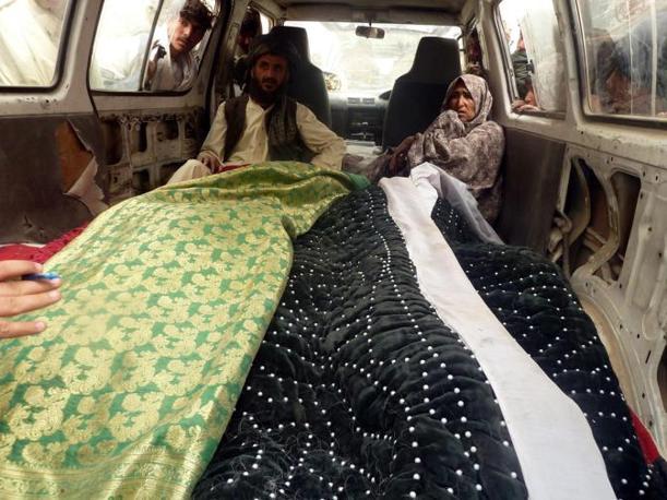 I parenti delle vittime (Epa/Mustafa Khan)
