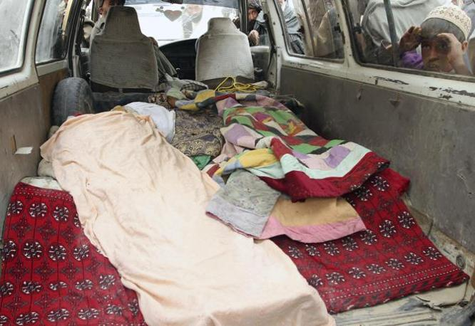 Curiosi sbirciano nel furgone (Ap/Allauddin Khan)